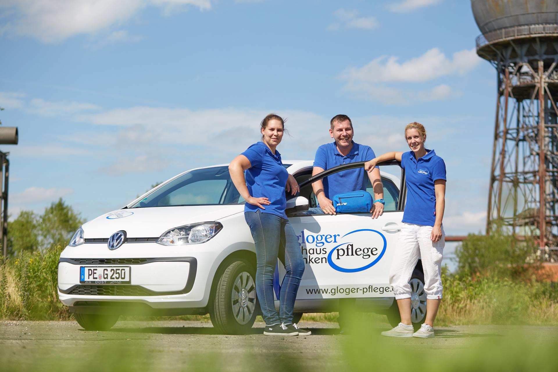 Stefanie Warwel, Enrico Schöber und Patricia Wilke vor Gloger Firmenfahrzeug