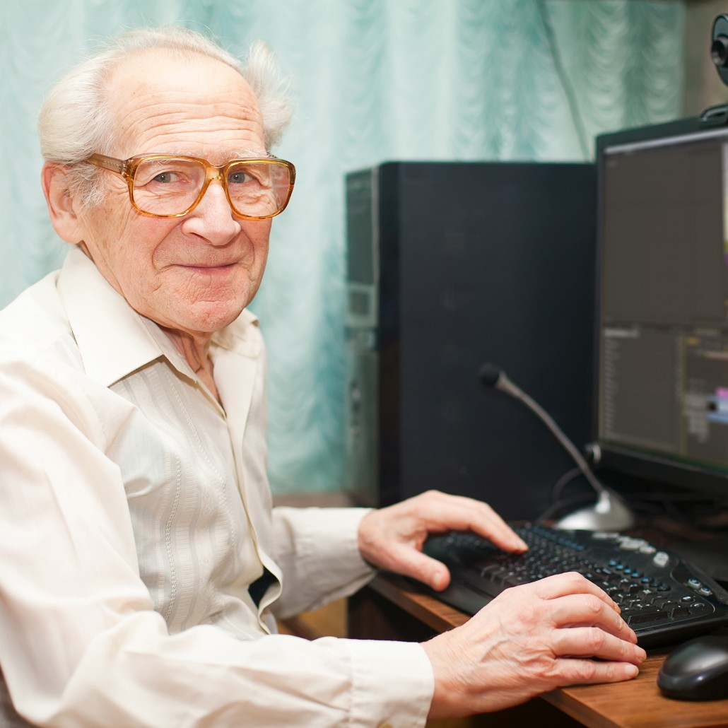Älterer Herr beim Videoschnitt am Computer